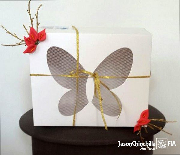 Flores variadas y caja con mariposas vivas