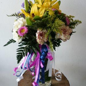 florero en flores variadas