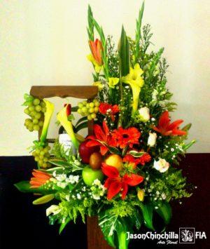 Vinera con flores variadas y frutas