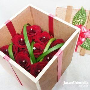 caja de madera con rosas