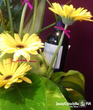 flores, botella de vino y fruta