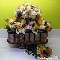 Canasta con cupcakes y flores