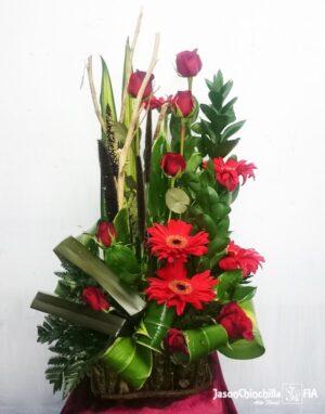 Canasta con rosas y gerberas